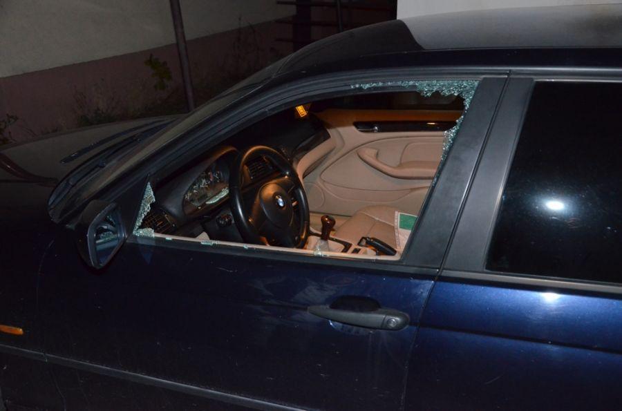 Polícia zadržala dve osoby, ktoré sa vlámali do troch osobných áut, foto 1