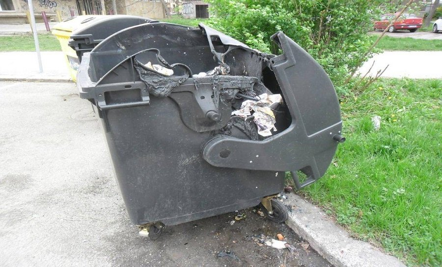Košičan zapálil 23 plastových kontajnerov na odpad, foto 6