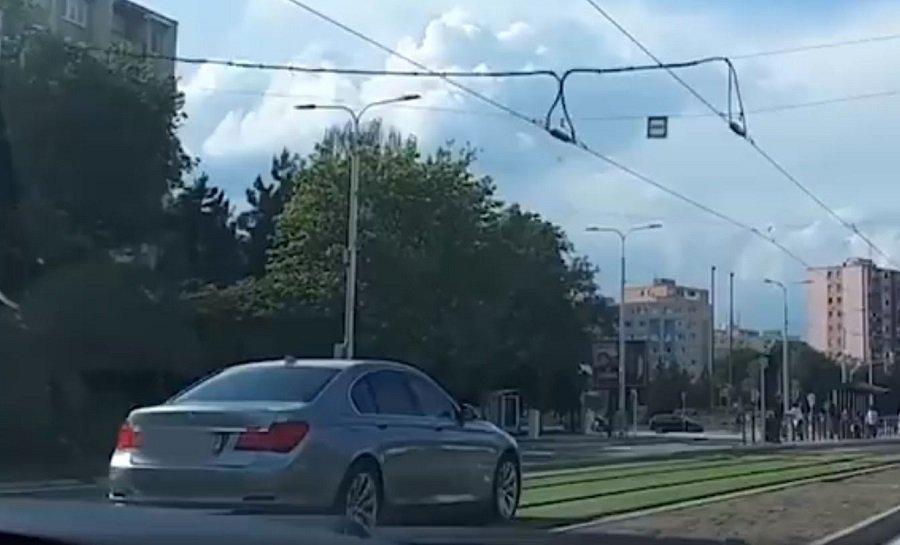 Košičan jazdil autom po novej tráve na električkovej trati, foto 3