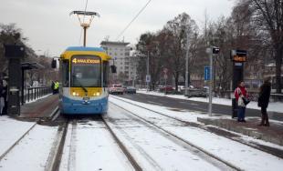 Po Komenského ulici už jazdia električky