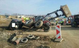 Policajná naháňačka v Košickom kraji, mladík skončil v traktore
